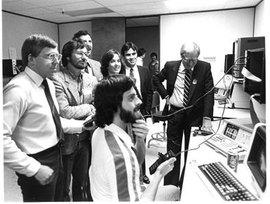 Kassar,a la derecha con traje negro, dirigiendo Atari